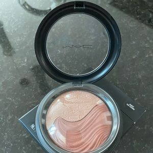 New MAC Shape Future Extra Mineralize Skinfinish